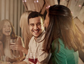 man chatting up an attractive woman in a bar